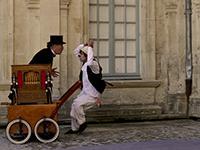 spectacle de rue avec le jongleur Potom