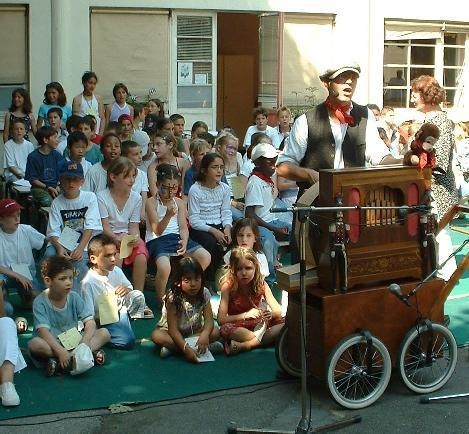 Crèvecoeur accompagne les écoliers avec son orgue de Barbarie, pour le spectacle de fin d'année