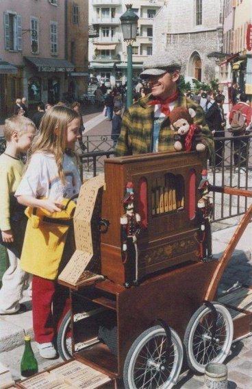 Crèvecoeur laisse parfois les enfants tourner la manivelle ou chanter : de futurs artistes ?