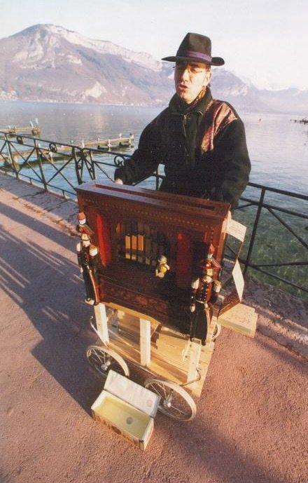 Animations au bord du lac d'Annecy, à Châtel, dans les Hautes-Alpes ou bien en Suisse ? Crèvecoeur et son orgue de Barbarie se déplacent !